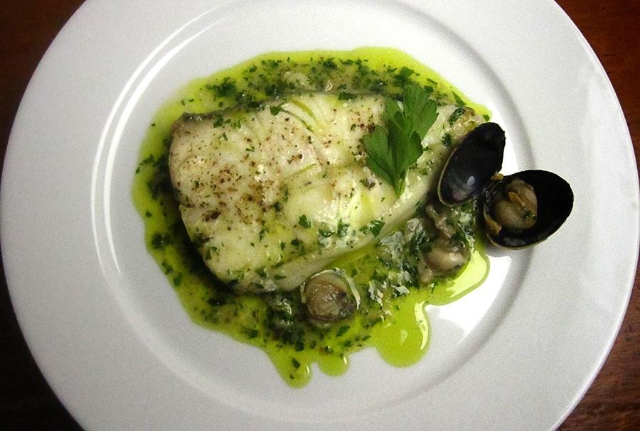 Пошаговый процесс приготовления рыба в зеленом соусе