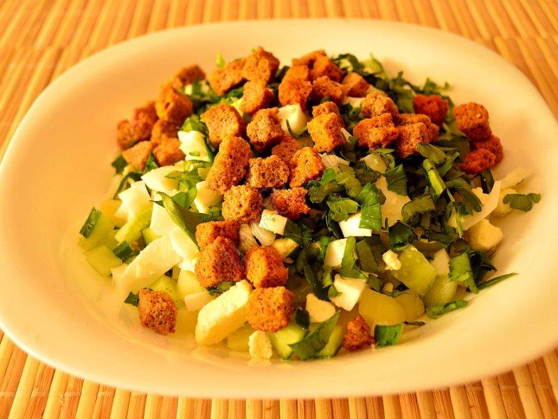 Пошаговый рецепт приготовления оливье с сухариками вместо мяса