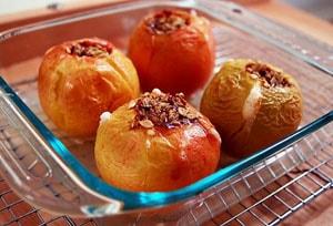 Пошаговый рецепт приготовления яблоки с изюмом, клюквой и медом