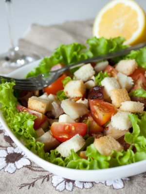 салат из капусты с помидорами черри и сухариками